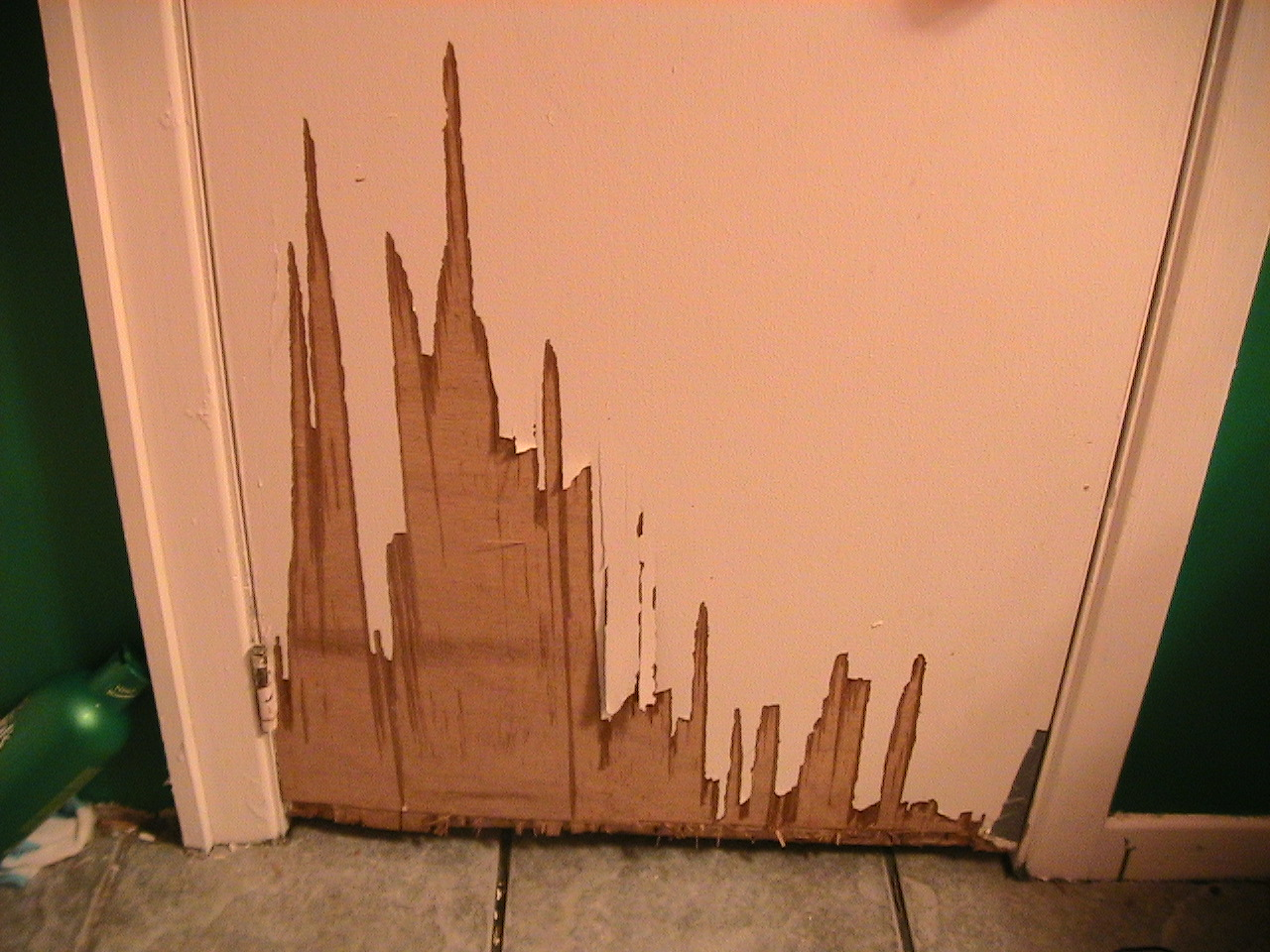Comment reparer un porte grug e par un chiot - Reparer une porte d entree en bois ...