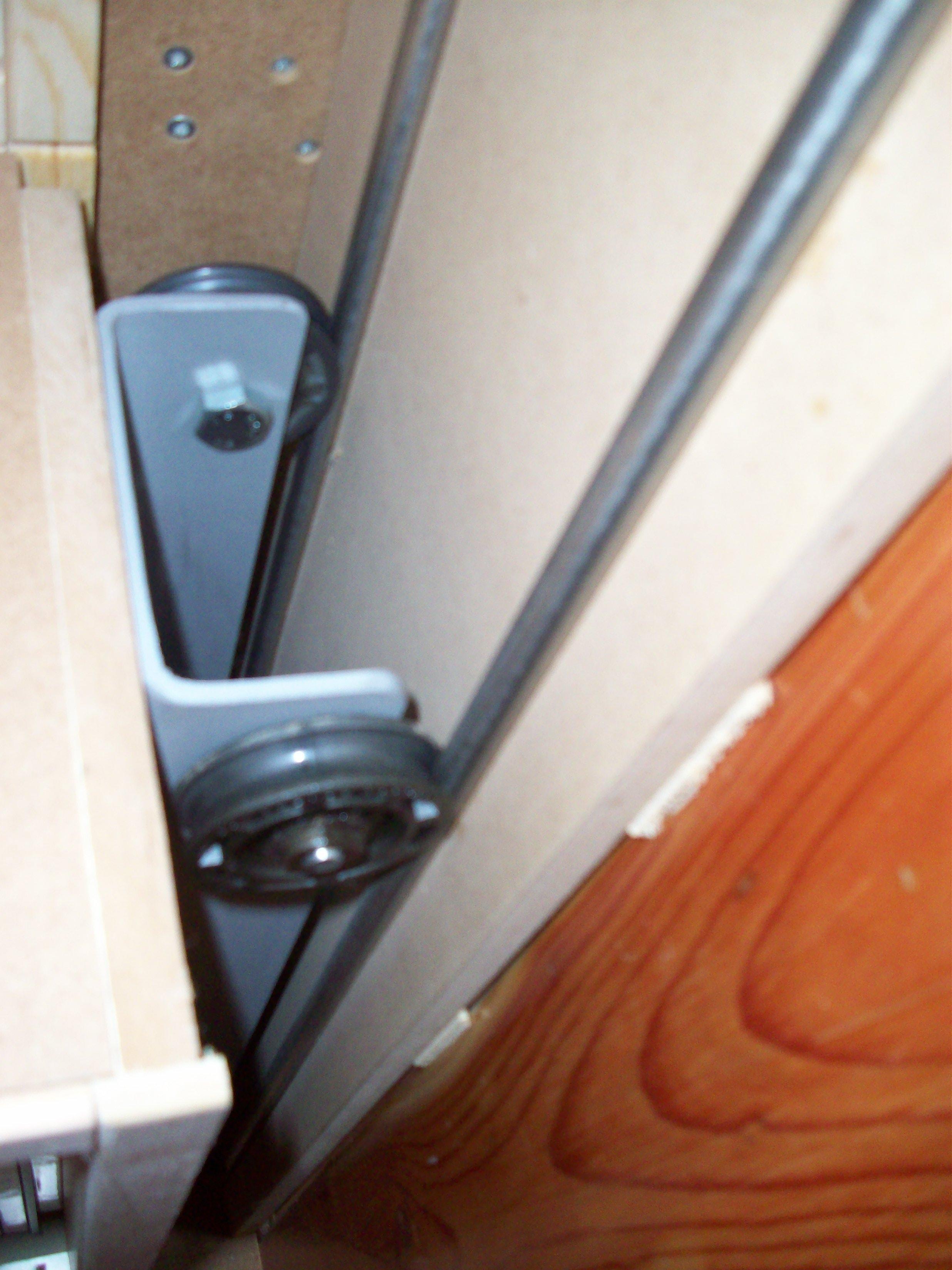 Rails pour faire coulisser des placards mobiles for Coulisse de porte de placard