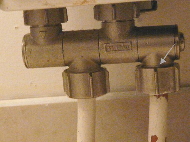 fuite au niveau raccord tuyau en bas du radiateur. Black Bedroom Furniture Sets. Home Design Ideas