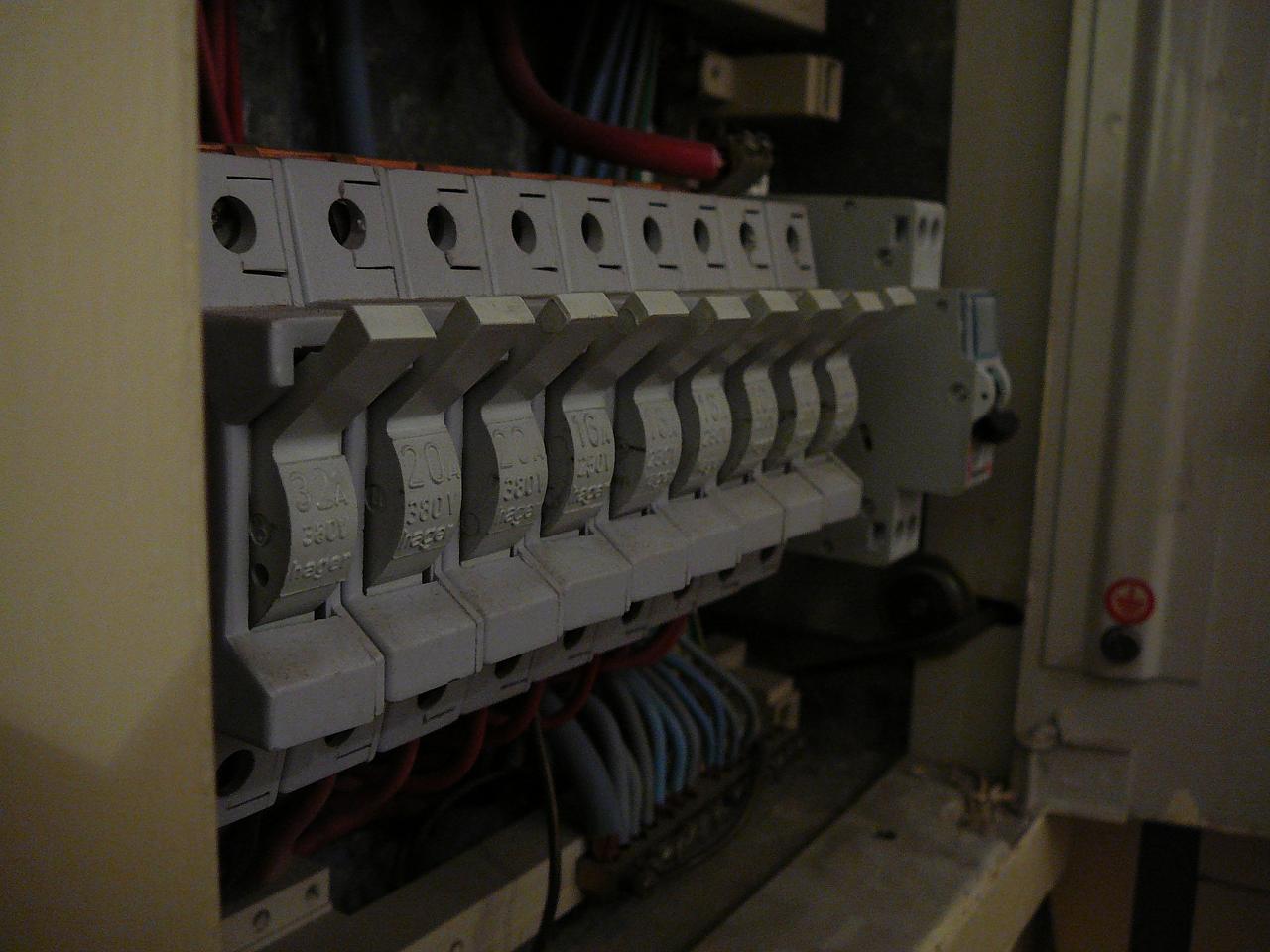 Remplacement portes fusibles par disjoncteurs - Changer fusible disjoncteur ...
