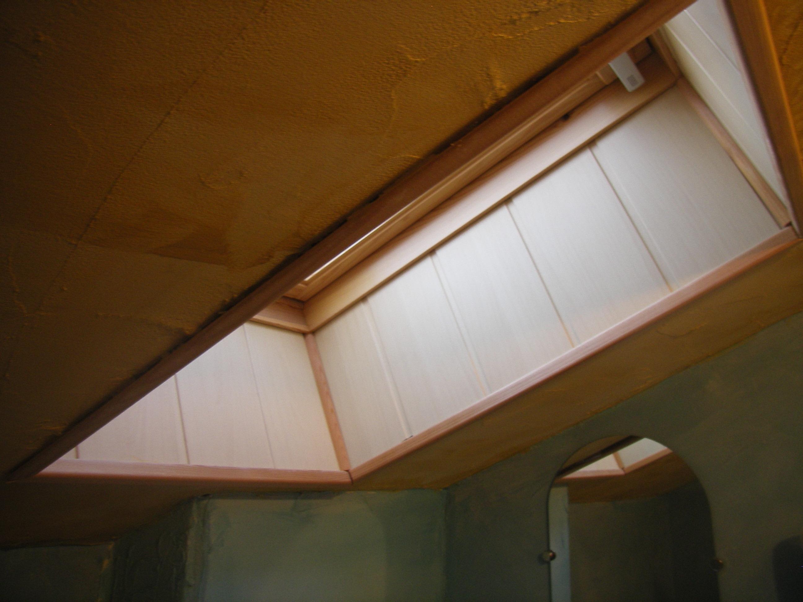 encadrement d 39 une fenetre de toit en lambris. Black Bedroom Furniture Sets. Home Design Ideas