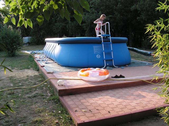Installation d 39 une piscine en r sine hors sol for Pose piscine hors sol