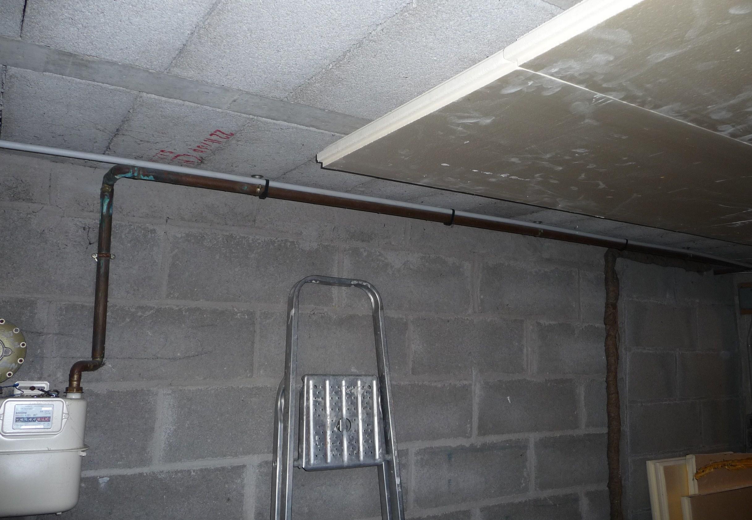 Comment cacher tuyau au plafond for Cache tuyau salle de bain