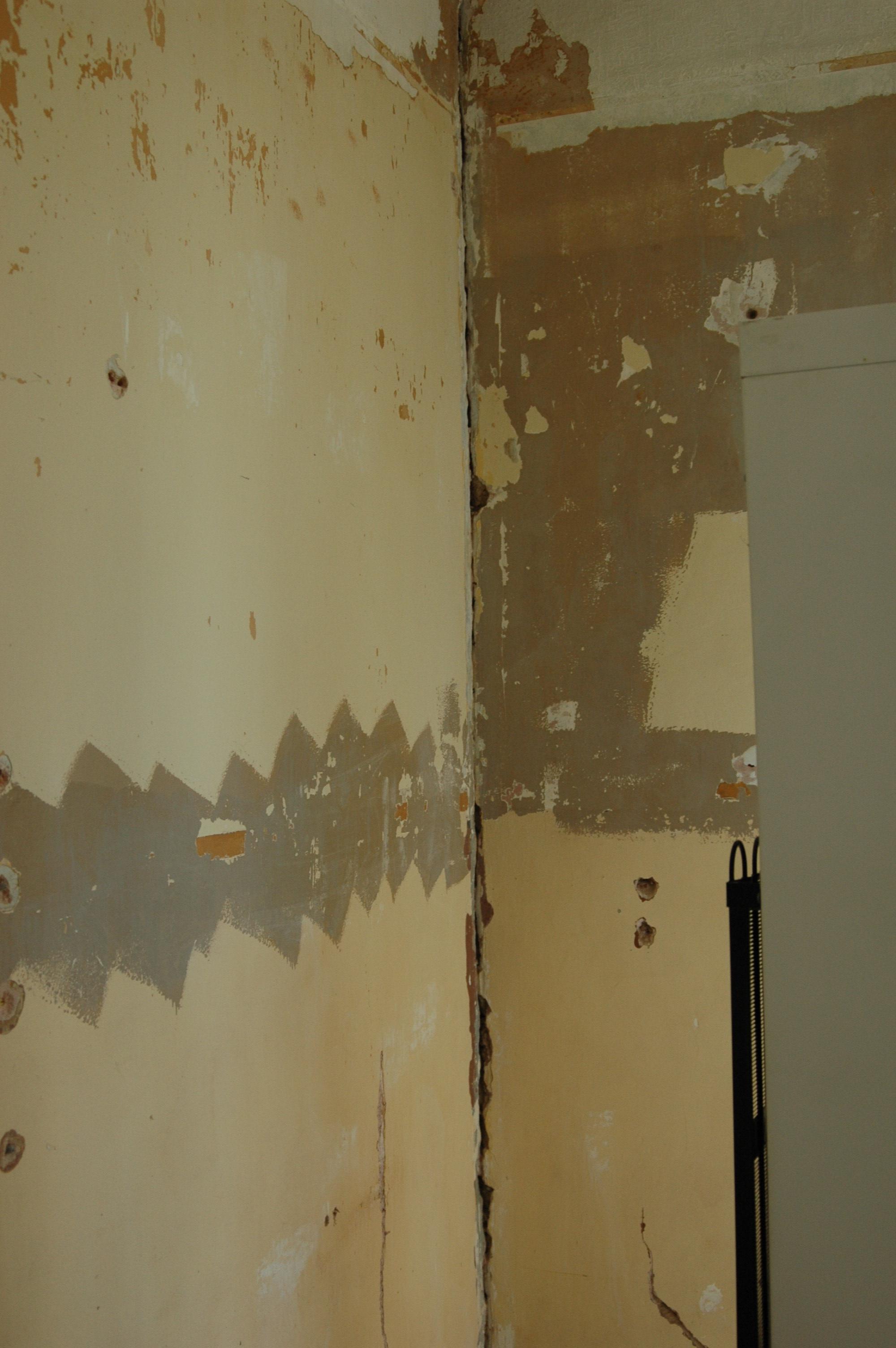 tres grosse fissure angle mur. Black Bedroom Furniture Sets. Home Design Ideas