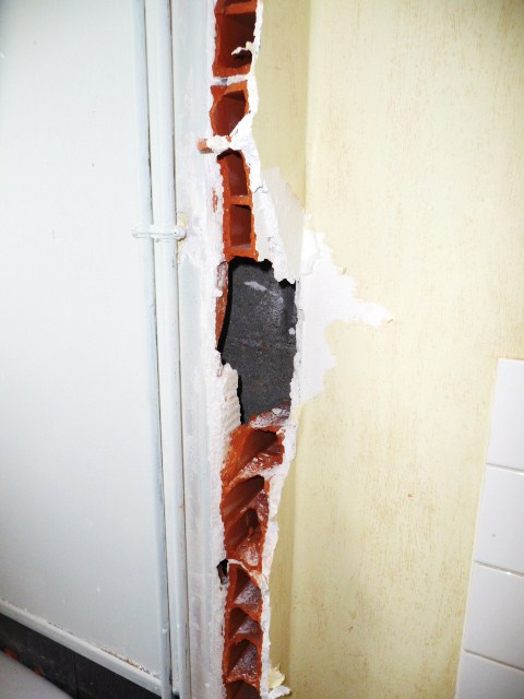 Comment r parer mur voir photo jointe - Reboucher gros trous placo ...