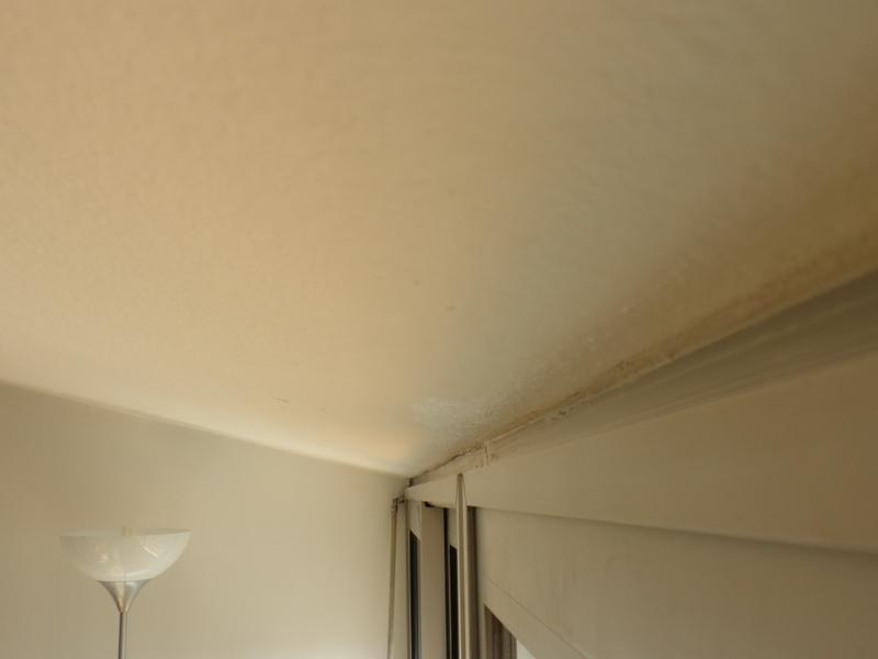 Fixer des stores sur plafond inclin for Habiller un plafond