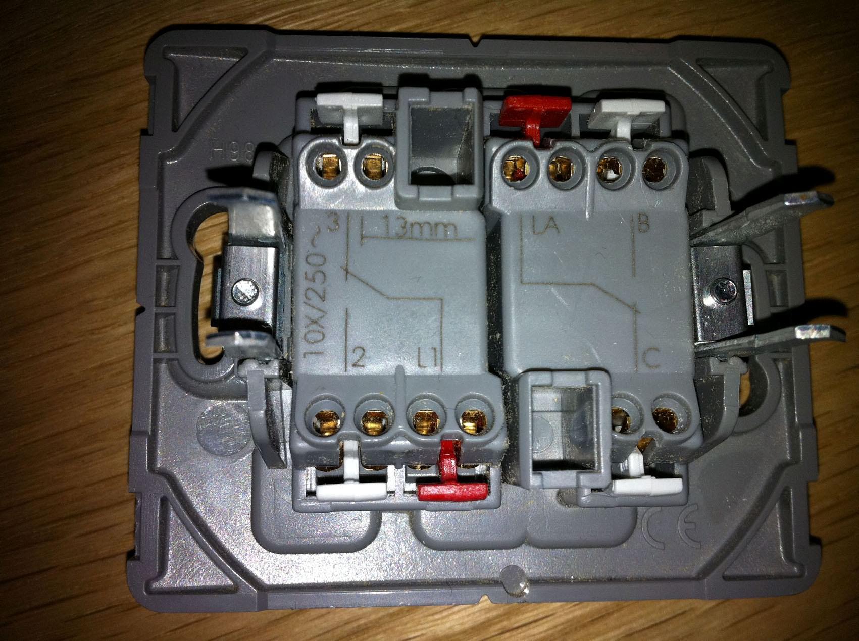 Comment installer un double interrupteur dans une t te de lit - Brancher un interrupteur double ...