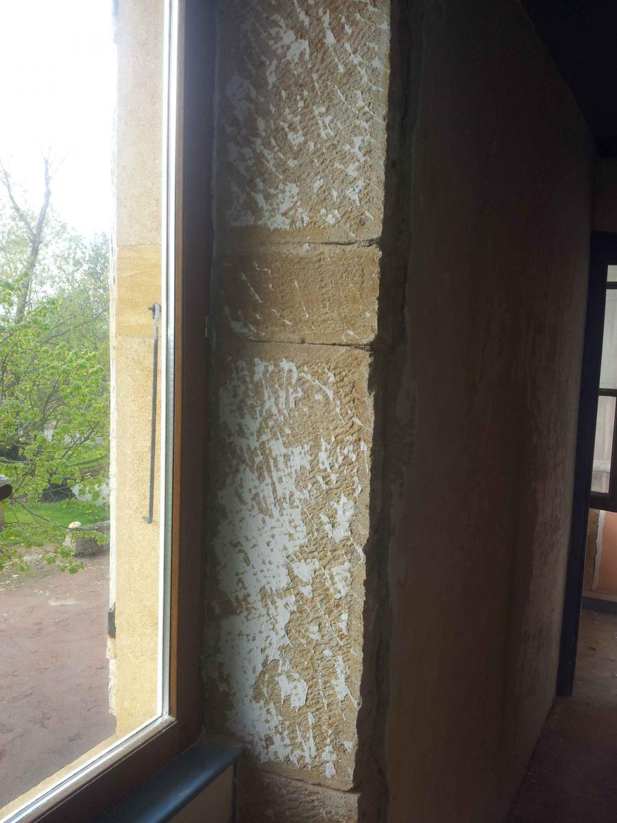 Isoler ou laisser respirer un mur en pierre - Humidite sur mur interieur ...