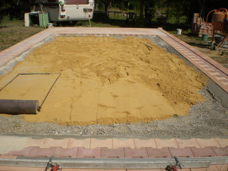 Piscine autoport e sur terrasse bois for Terrasse en dalle beton sur sable