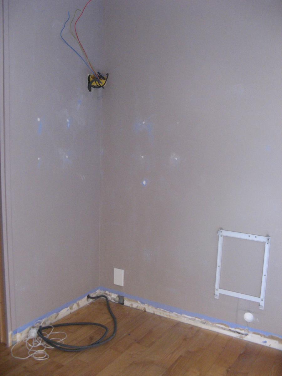 comment fixer plinthes sur mur en b ton. Black Bedroom Furniture Sets. Home Design Ideas