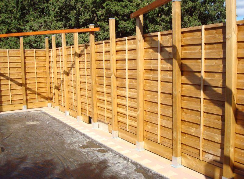 Cloture de jardin en claustra for Muret en bois jardin