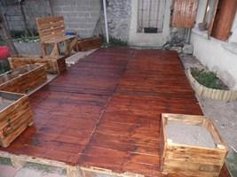 utilisation de palettes pour r aliser une terrasse en bois. Black Bedroom Furniture Sets. Home Design Ideas