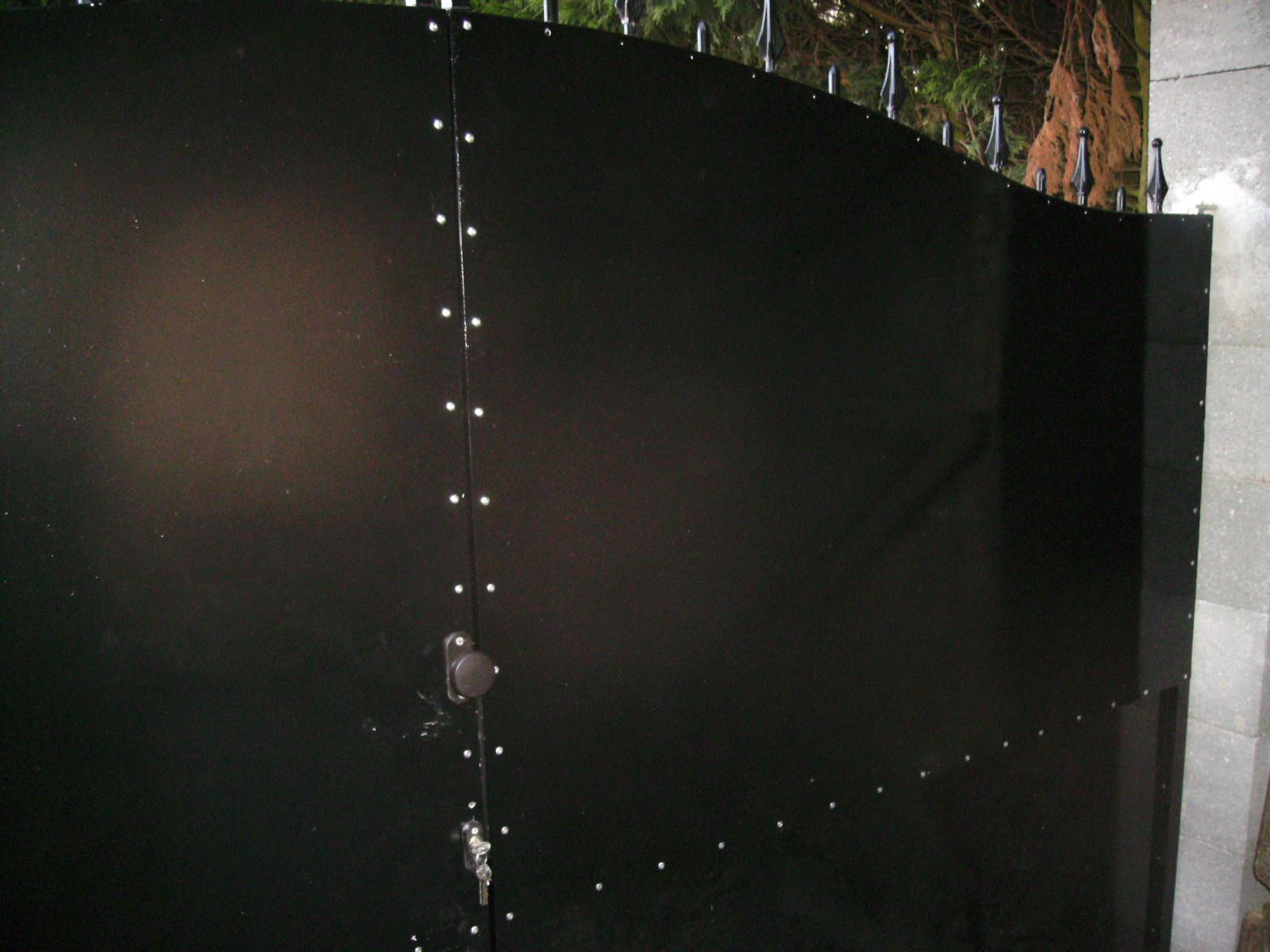 pose de t les d 39 aluminium sur portail. Black Bedroom Furniture Sets. Home Design Ideas