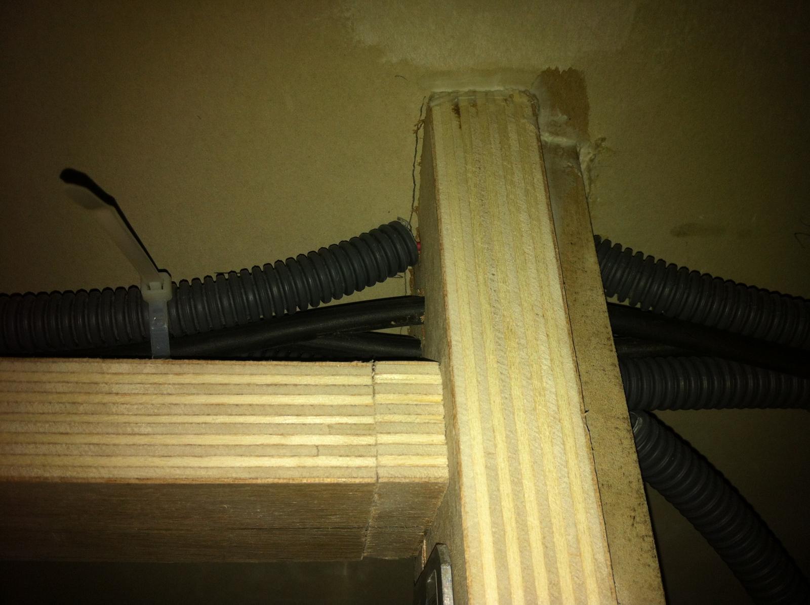 passage de fil dans du bois. Black Bedroom Furniture Sets. Home Design Ideas