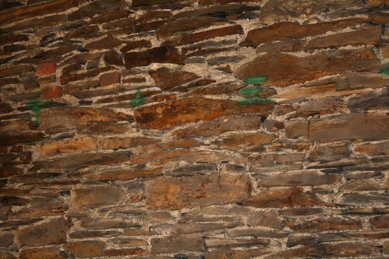Fixation bastaing dans mur en pierre - Mur en pierres ap parentes ...
