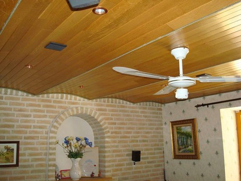 Plafond avec poutres apparentes for Decoration poutres plafond