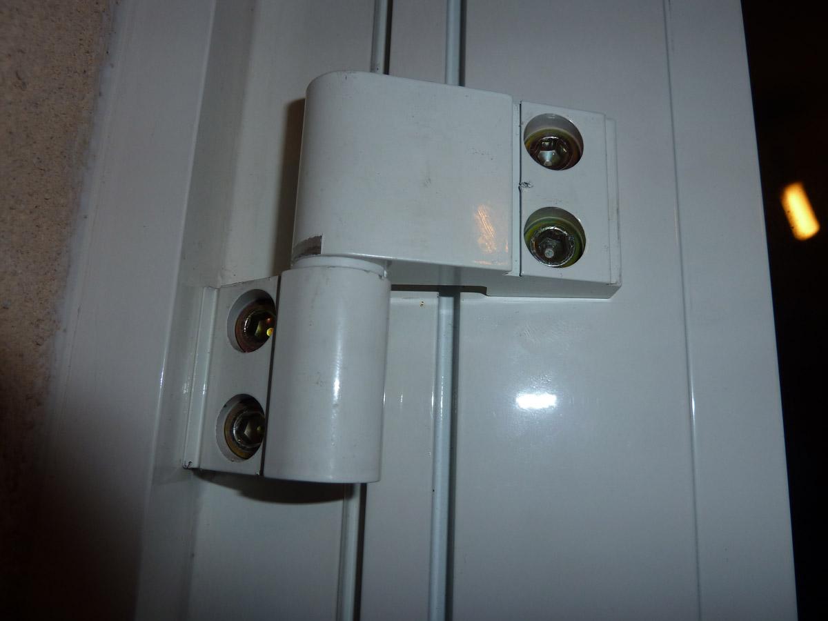 Reglage paumelle porte aluminium mouvement sur la piste for Gond de la porte