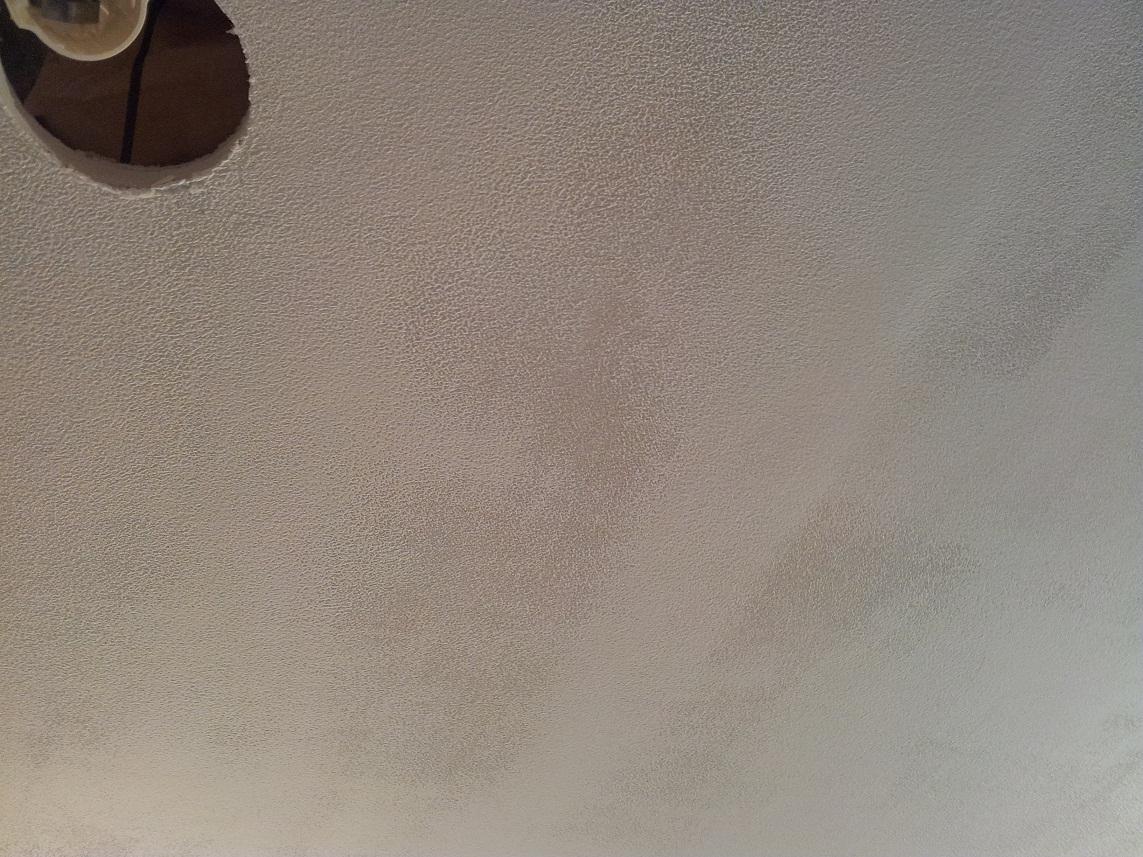 Taches 39 39 tranges 39 39 apr s peinture sur faux plafond en for Plaque de faux plafond