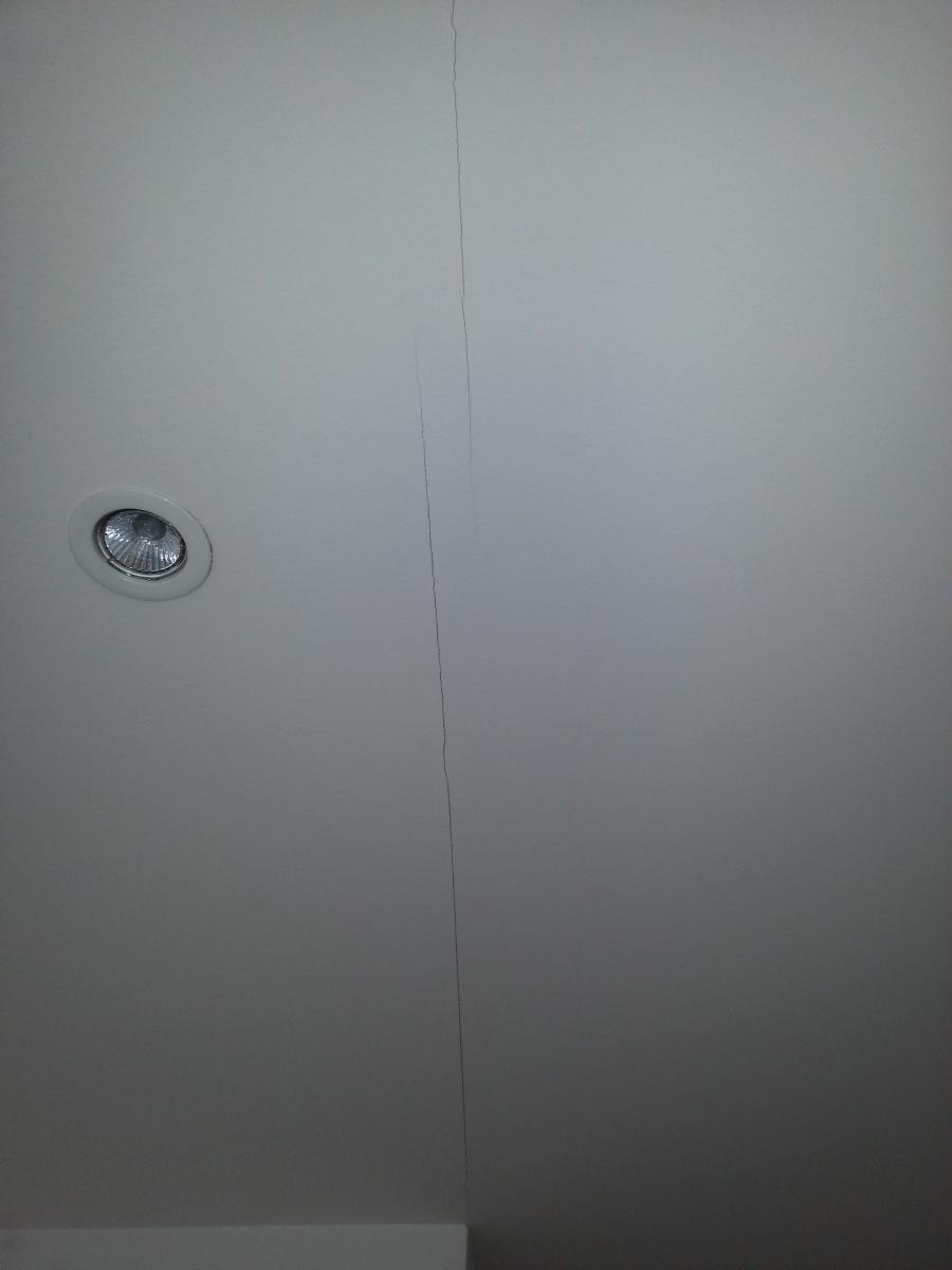 Avis sur fissures dans faux plafond - Comment reboucher une fissure au plafond ...