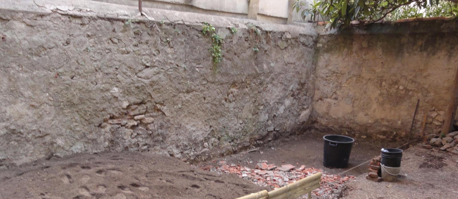 r novation d 39 un mur de petites pierres joints sableux enduit ciment. Black Bedroom Furniture Sets. Home Design Ideas