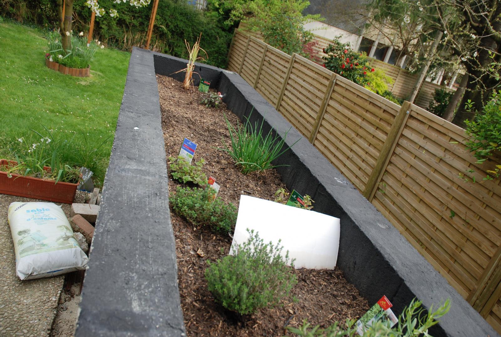 petit reportage photo r alisation d 39 un jardini re par une bricoleuse. Black Bedroom Furniture Sets. Home Design Ideas