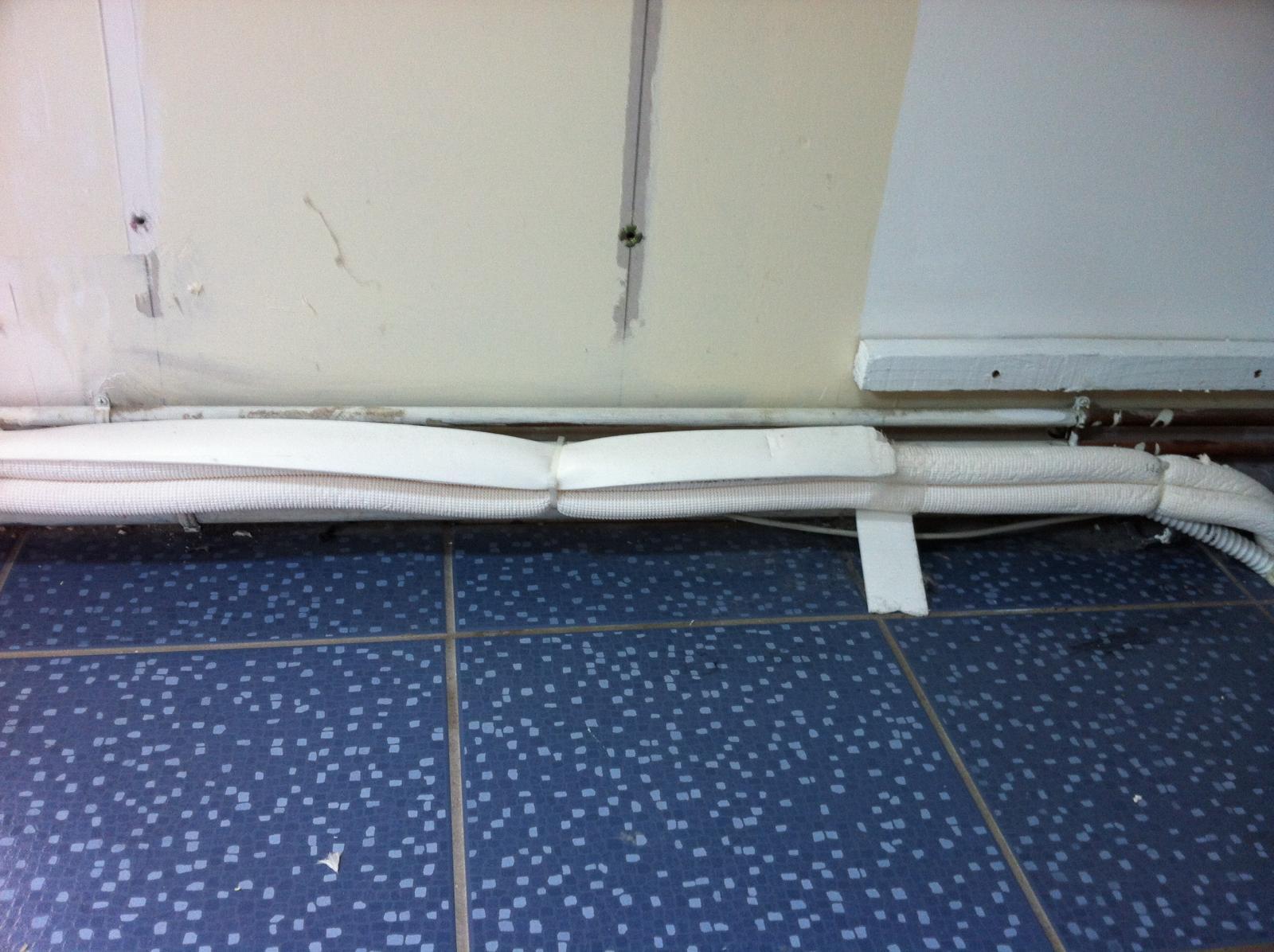 coffrage pour tuyaux dans une salle de bains. Black Bedroom Furniture Sets. Home Design Ideas