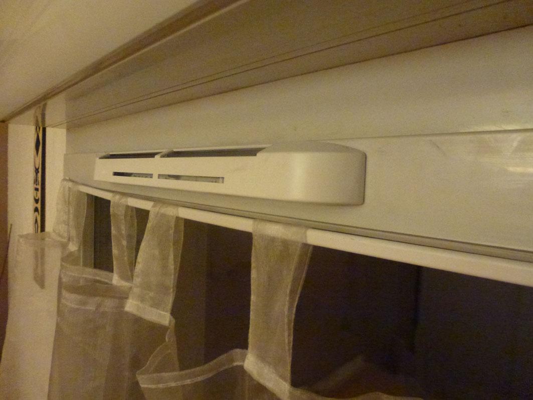 entr e d 39 air bruyante. Black Bedroom Furniture Sets. Home Design Ideas