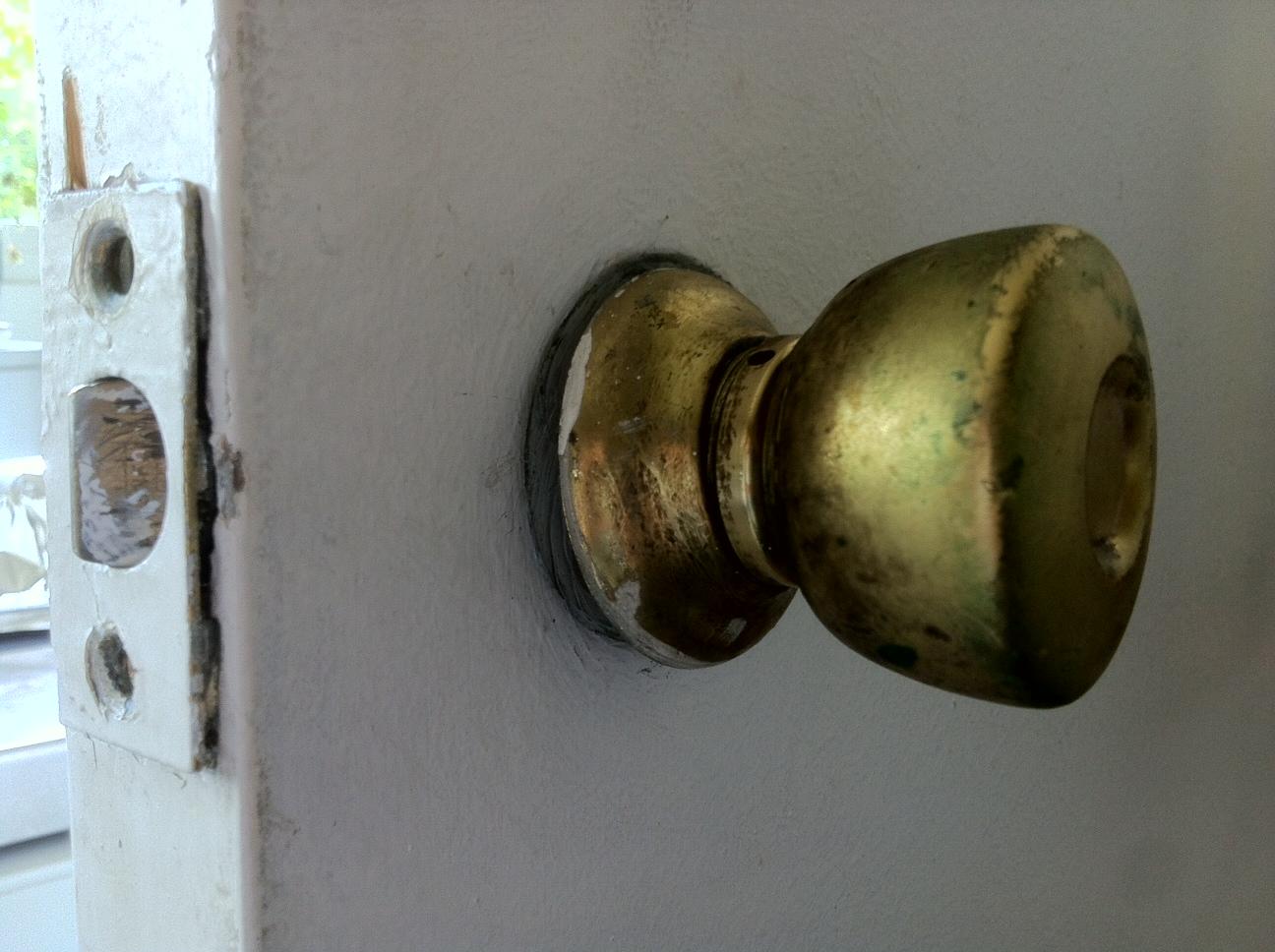 D monter une poign e bouton de porte - Boutons et poignees de portes de cuisine ...