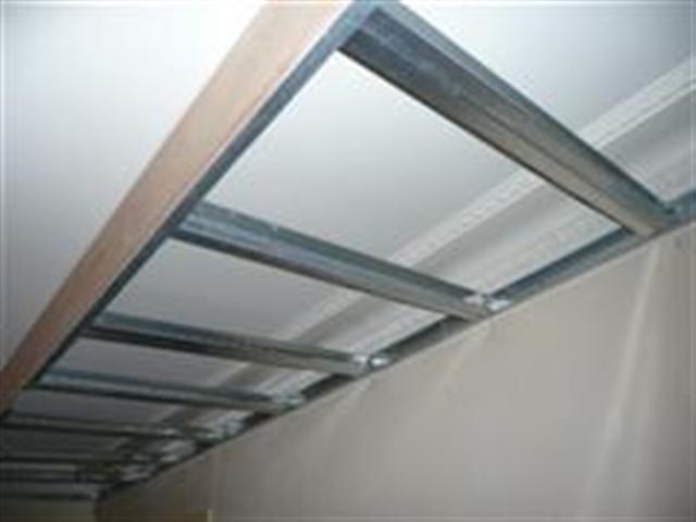 Faux plafond partiel pour cr er clairage dans salon avec plafond - Eclairage plafond avec poutres ...