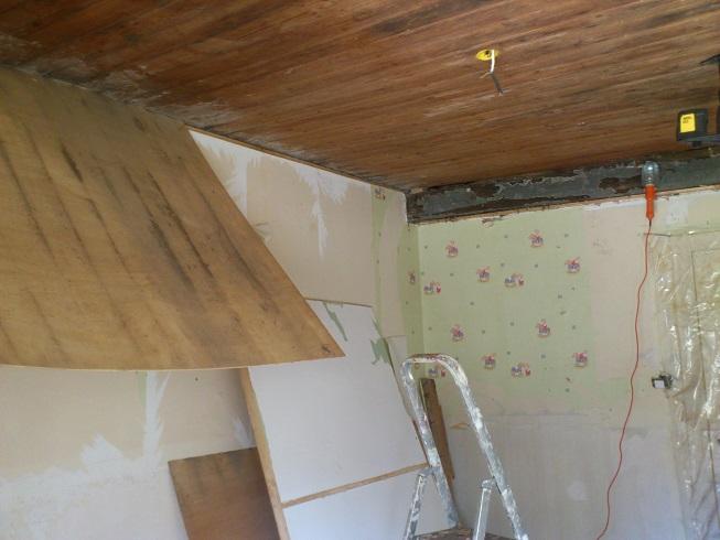 plafond vieux lambris comment boucher trou et viter chute de. Black Bedroom Furniture Sets. Home Design Ideas