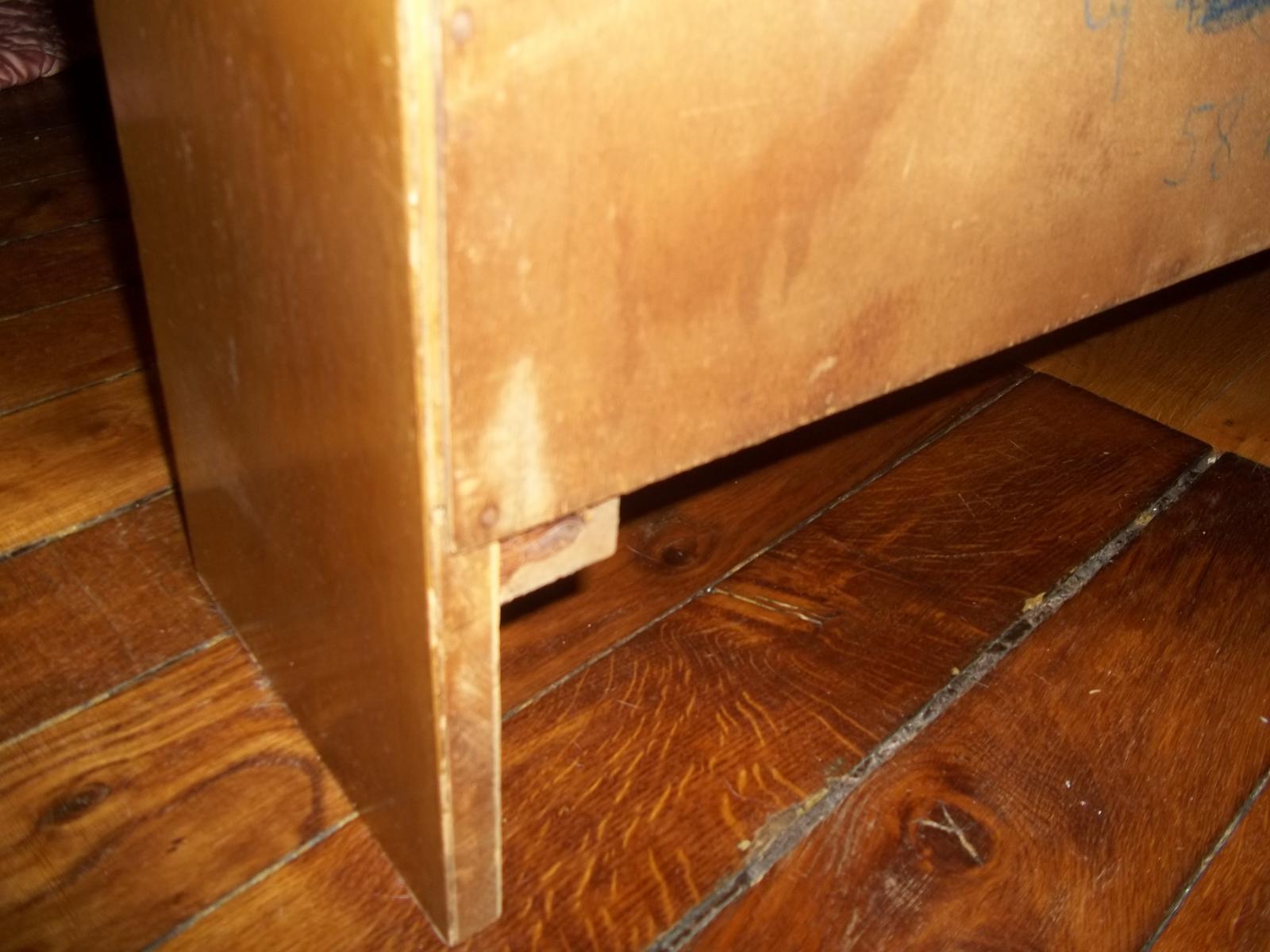 fixer un vieux meuble au mur. Black Bedroom Furniture Sets. Home Design Ideas
