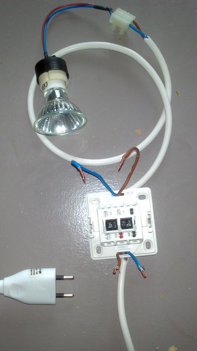 Branchement d 39 un spot sur une prise via interrupteur - Brancher un interrupteur sur une prise ...
