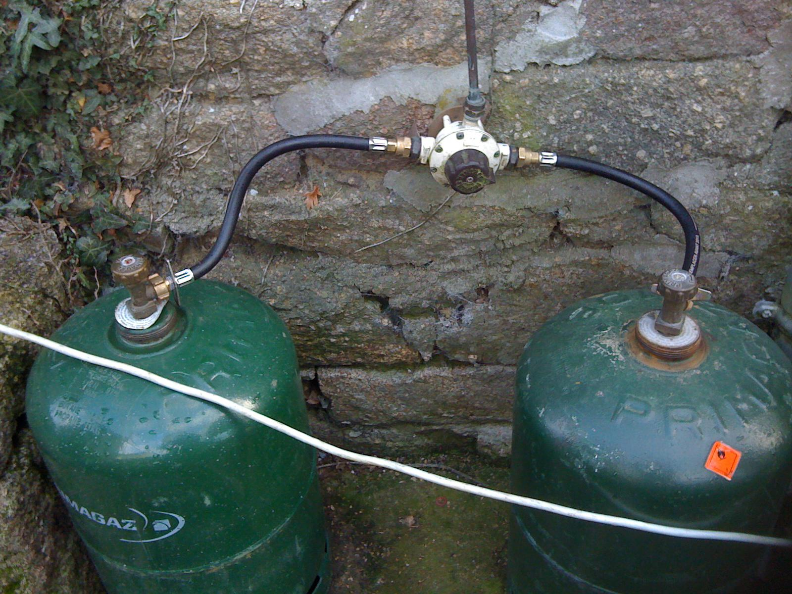 Raccordement bouteille butane - Comment brancher un tuyau de gaz ...