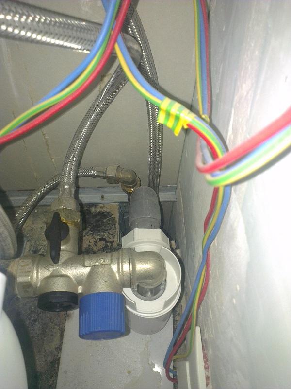 Remplacer le bas d 39 un coffrage autour d 39 un chauffe eau for Remplacer un chauffe eau