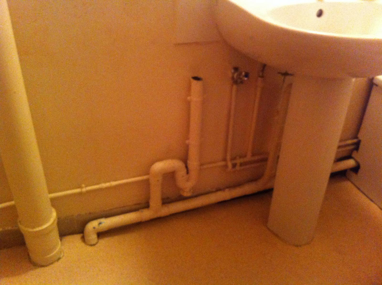 Sdb tuyaux et meuble suspendu - Comment brancher un extracteur de salle de bain ...