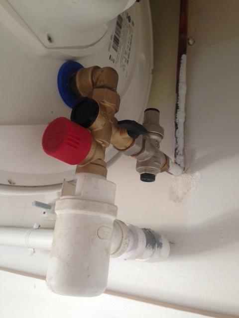 Help siphon ballon d eau chaude qui deborde - Chauffe eau qui goutte ...