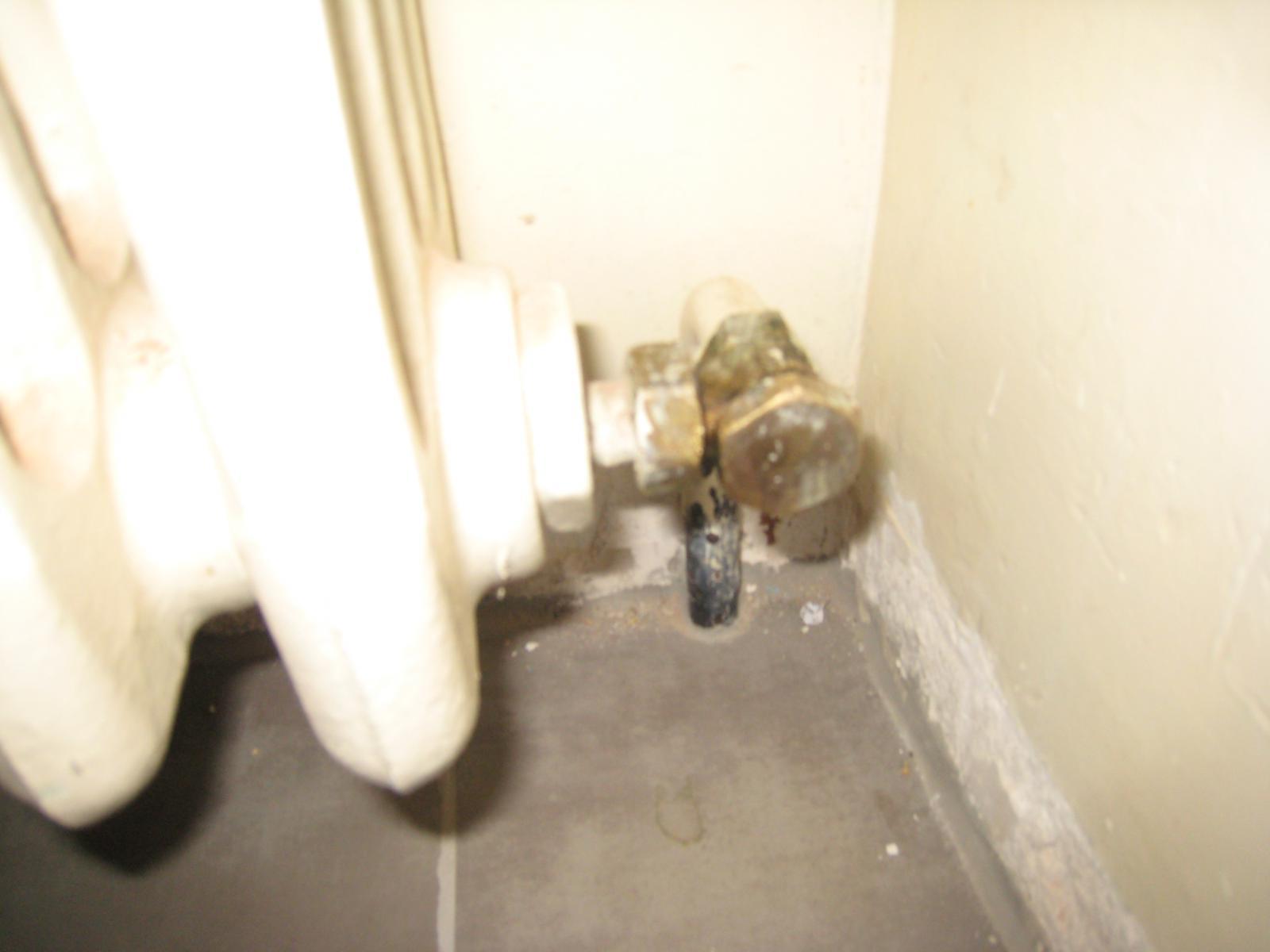 Fuite de la vanne de retour - Peindre derriere radiateur ...