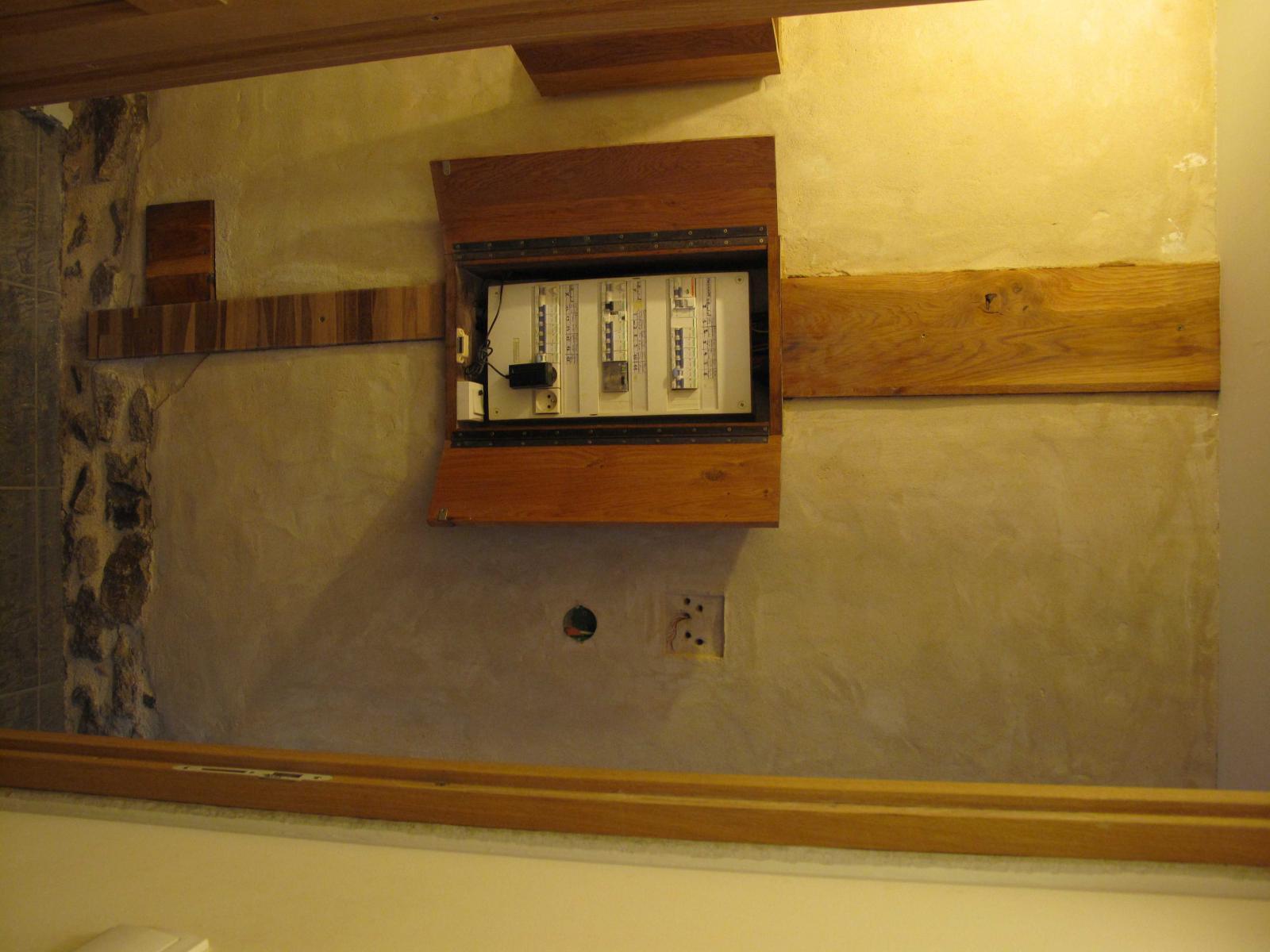 GTL encastré dans mur d'argile et Tableau dans Coffret bois