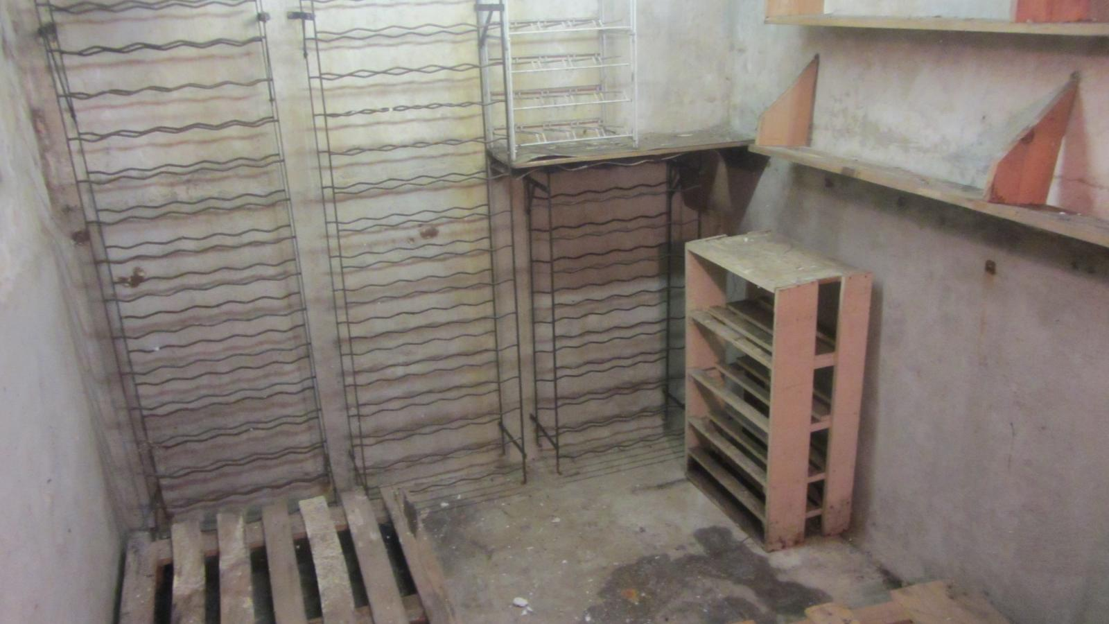 isolation d 39 une cave vin humide. Black Bedroom Furniture Sets. Home Design Ideas
