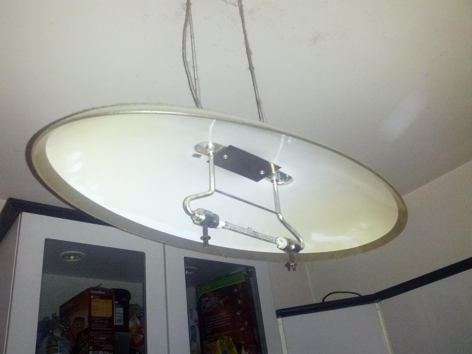 changement ampoule sur lampe au plafond. Black Bedroom Furniture Sets. Home Design Ideas