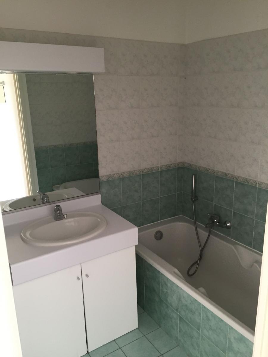 Pose de lambris pvc dans salle de bain for Poser du carrelage dans une salle de bain