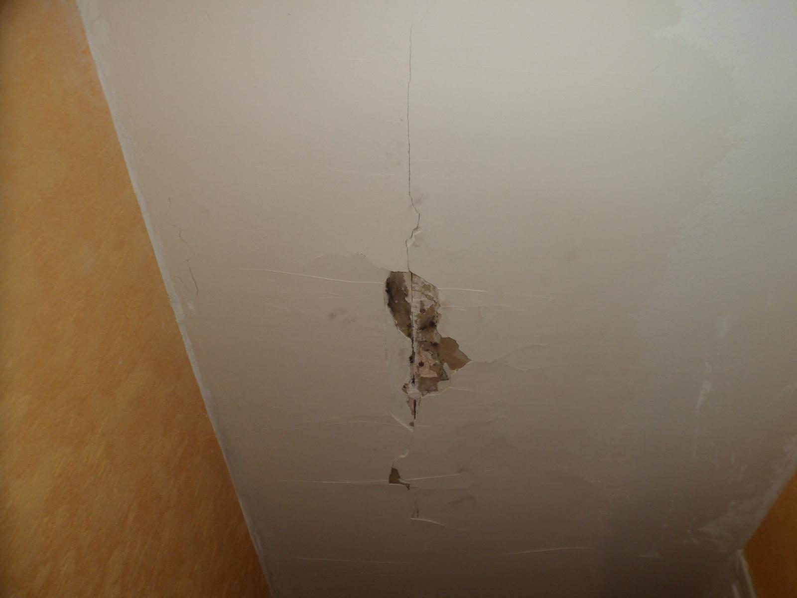 Réparer Un Plafond En Platre intérieur réparation d'un trou dans plafond