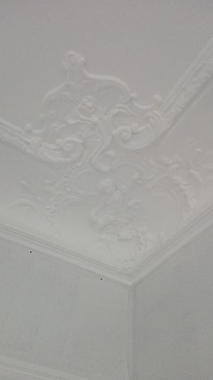 peinture blanche qui jaunit par endroits sur plafond mouluré