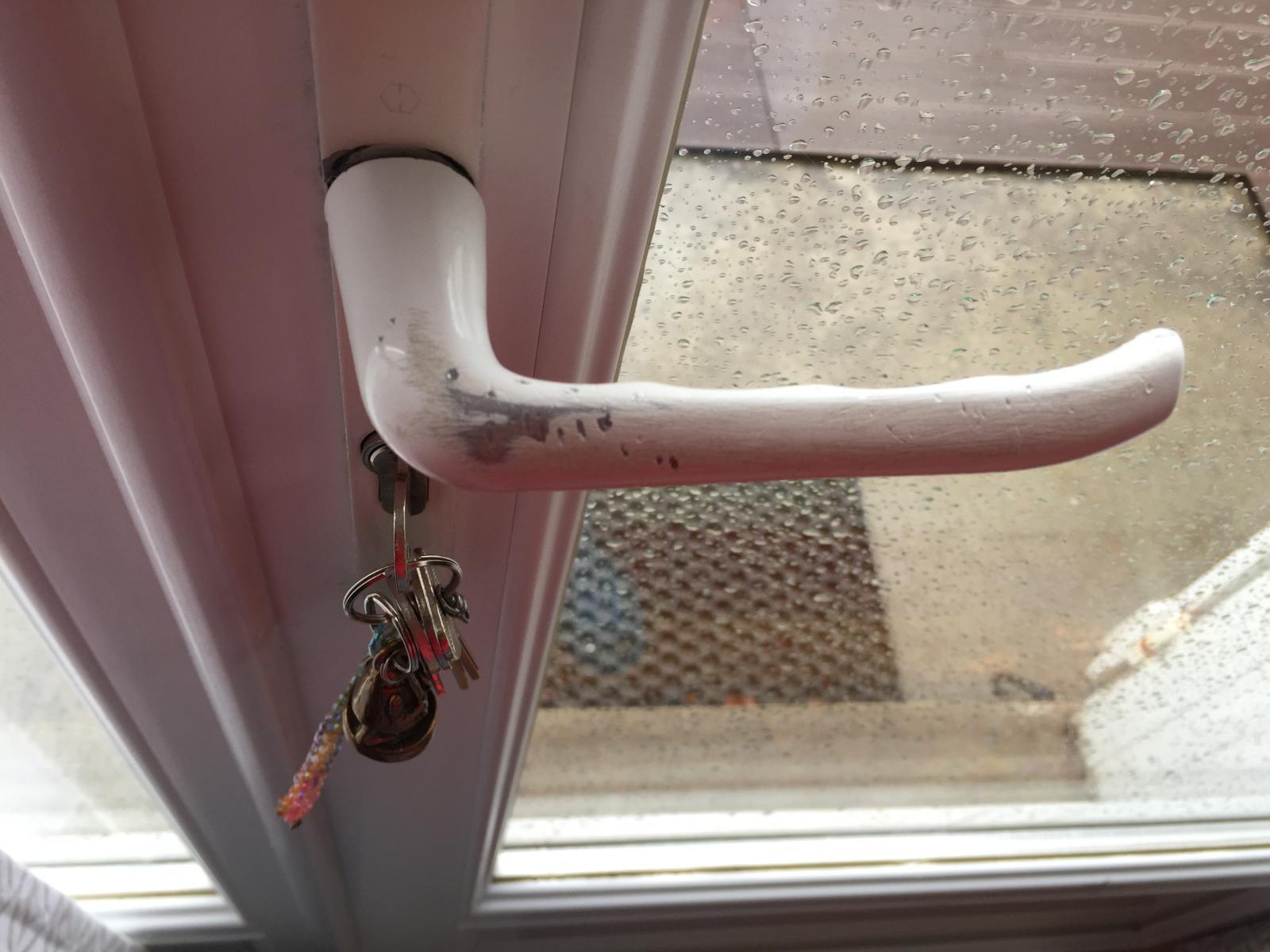 Repeindre ou r parer une porte en pvc - Repeindre une porte ...