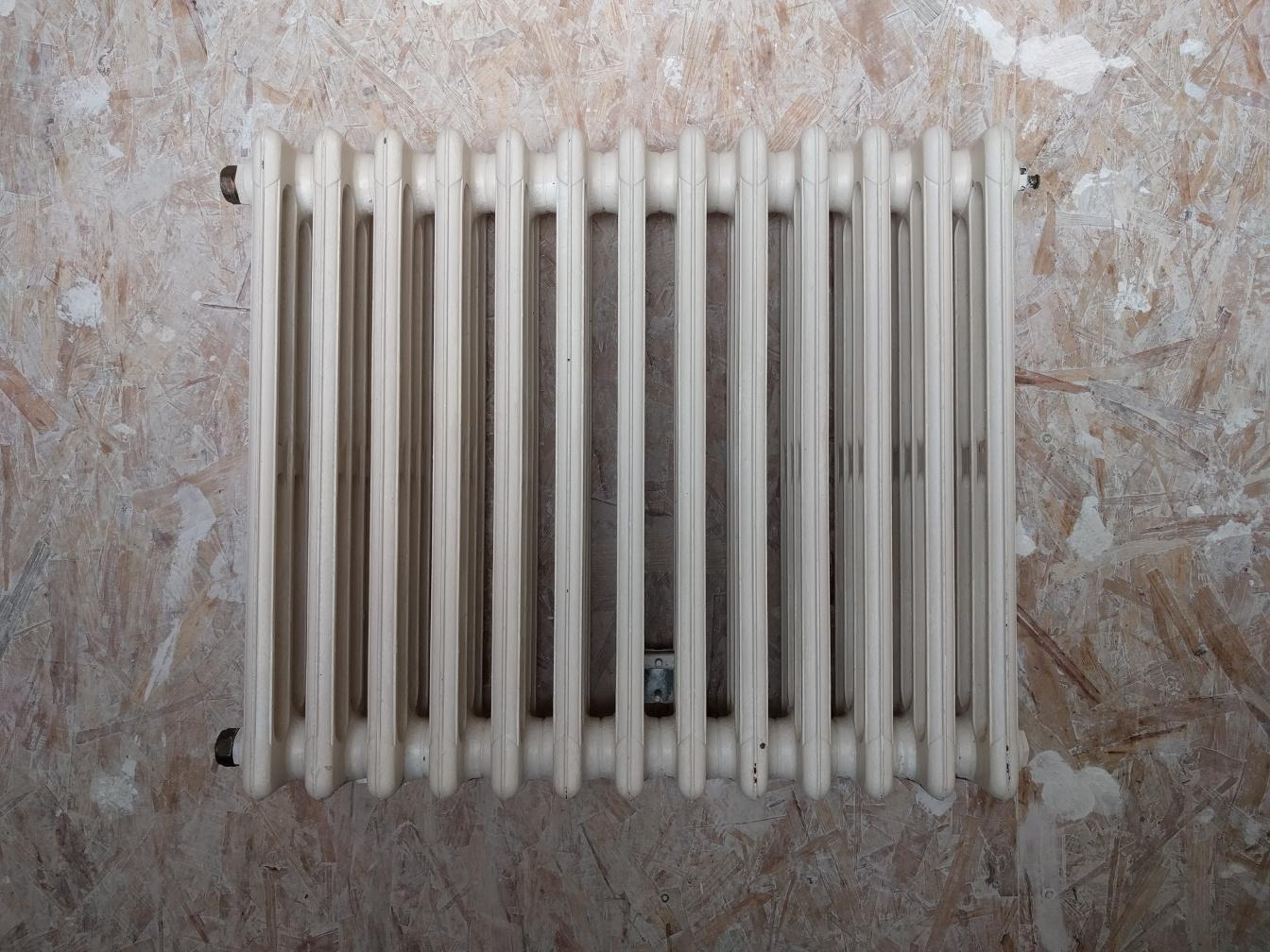 branchement diagonal d 39 un vieux radiateur fonte. Black Bedroom Furniture Sets. Home Design Ideas