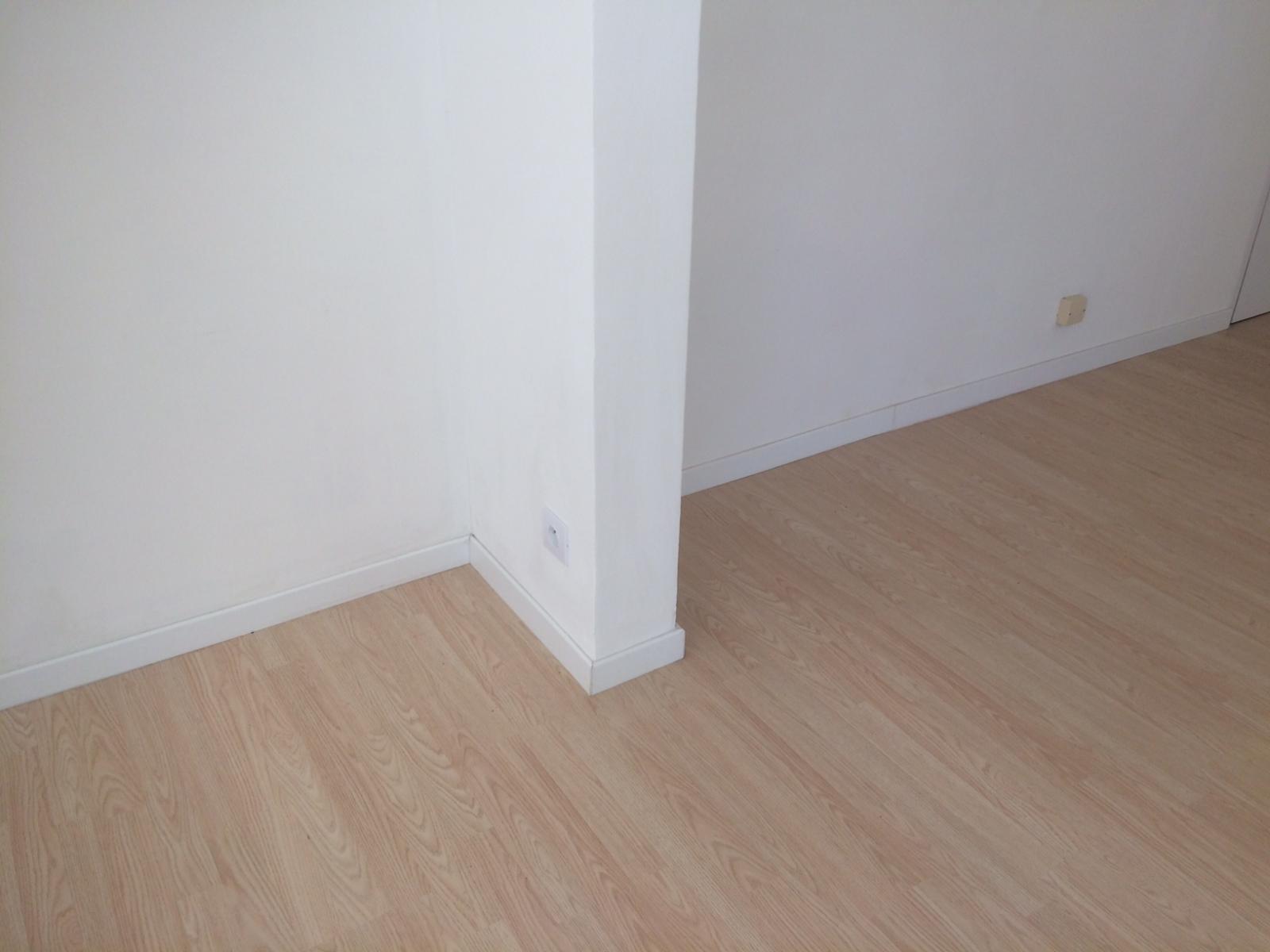 parquet stratifi haut de gamme sur parquet stratifi basique. Black Bedroom Furniture Sets. Home Design Ideas