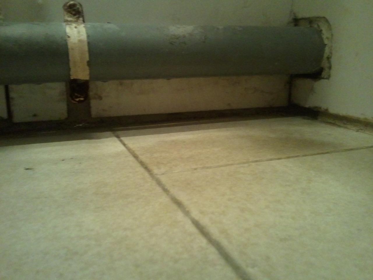 probl me de trous reboucher car froid qui rentre dans la sdb. Black Bedroom Furniture Sets. Home Design Ideas