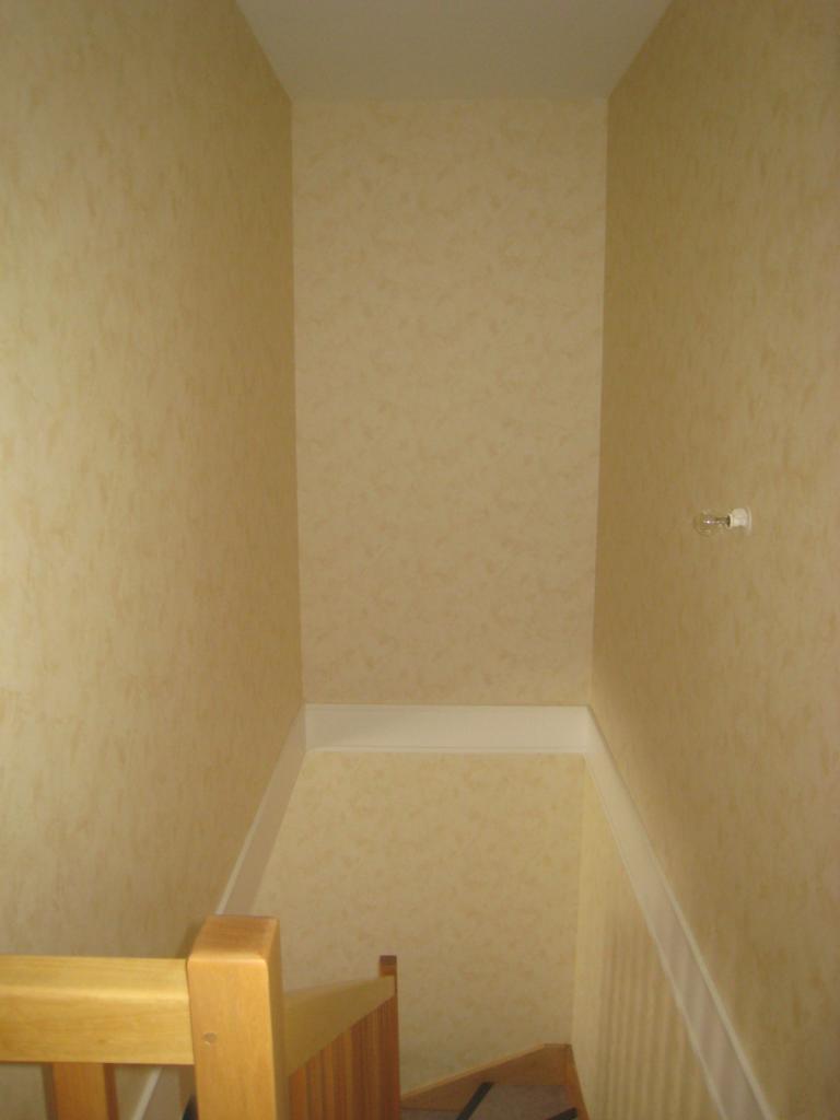 Fixer 1 placard dans le vide d\'une cage d\'escalier entre 2 murs (...)
