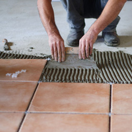 Poser un carrelage encoller le sol et poser les carreaux for Pose de carrelage au sol