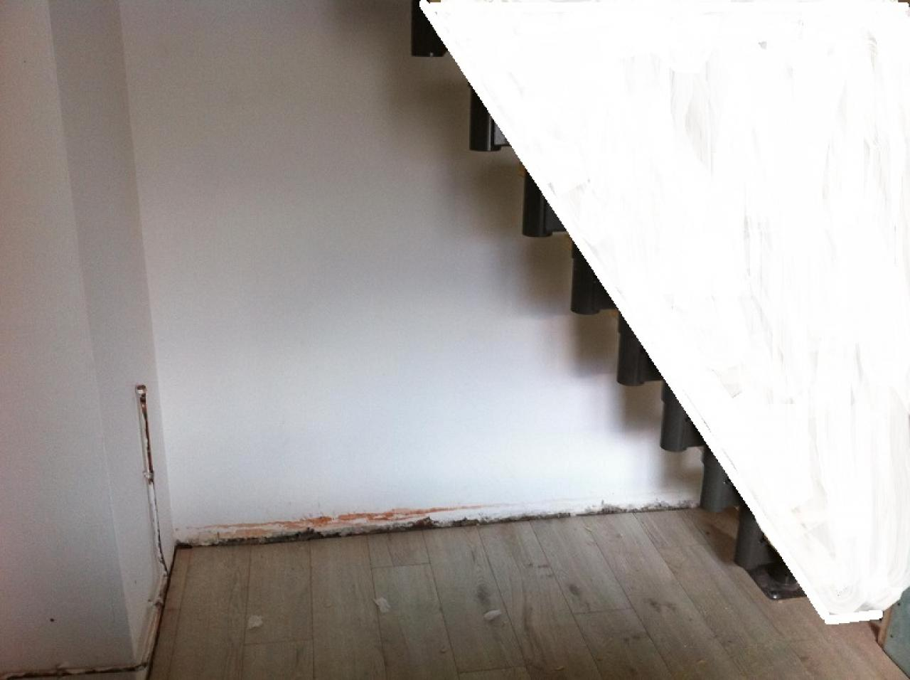 cloison le long d 39 un escalier. Black Bedroom Furniture Sets. Home Design Ideas